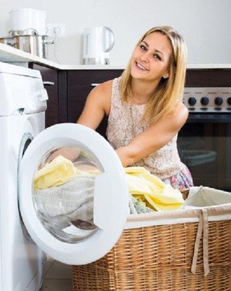 女子洗衣服