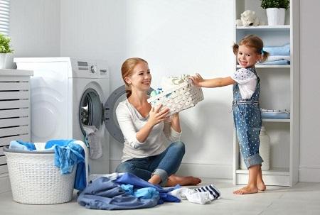 妈妈和女儿一起洗衣服