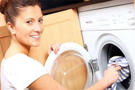 洗衣服的女孩