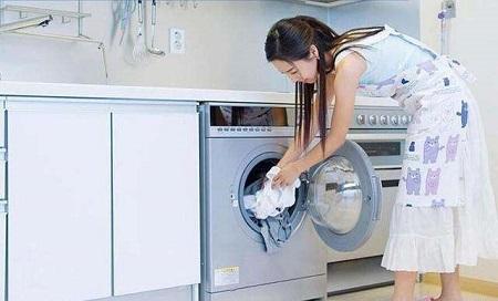 洗衣服的女人