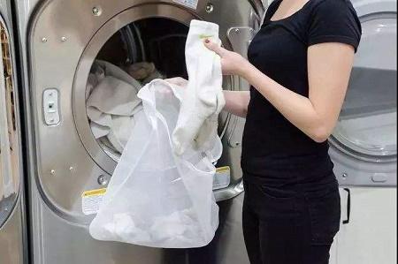 清洗衣物的女人
