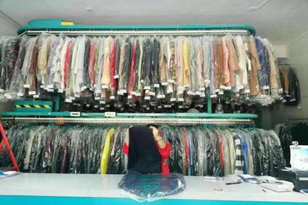 中型干洗店店内衣物