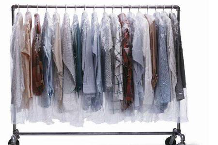 高档干洗店干洗完的衣物