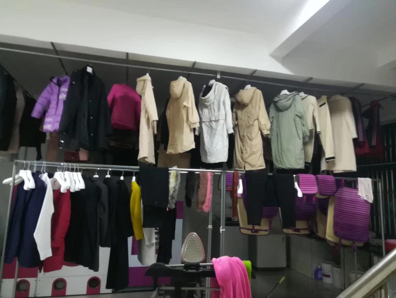 洗衣店的干洗设备洗衣时的工作图