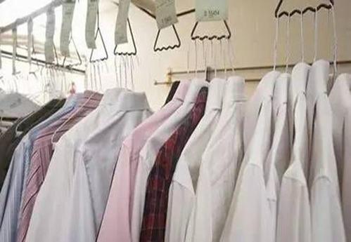 干洗店要洗的衣物